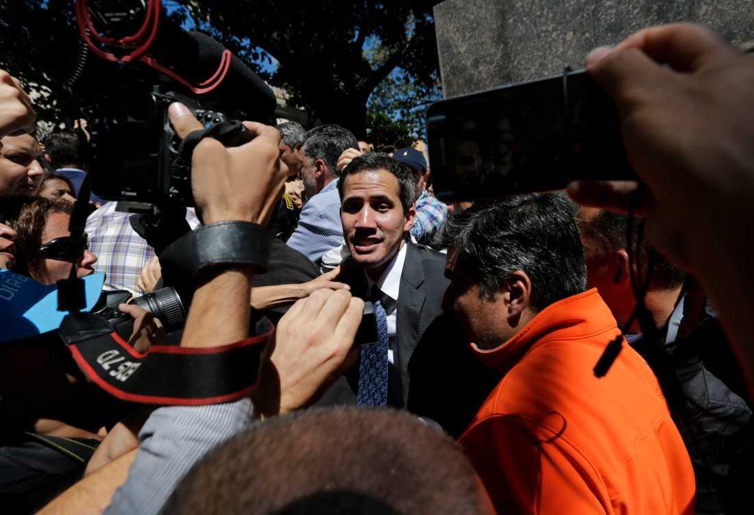 Oppositionsledaren Juan Guaido möter pressen efter ett tal på fredagen i Caracas, Venezuela.