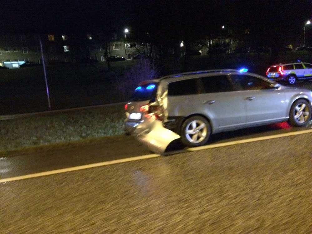 Civil polisbil påkörd Två poliser fick föras till sjukhus efter jakten på taxibilen