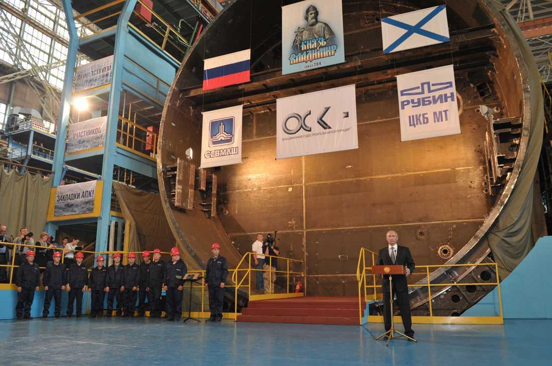Putin på en militärbas i Severodvinsk som ligger i Dviniabukten.
