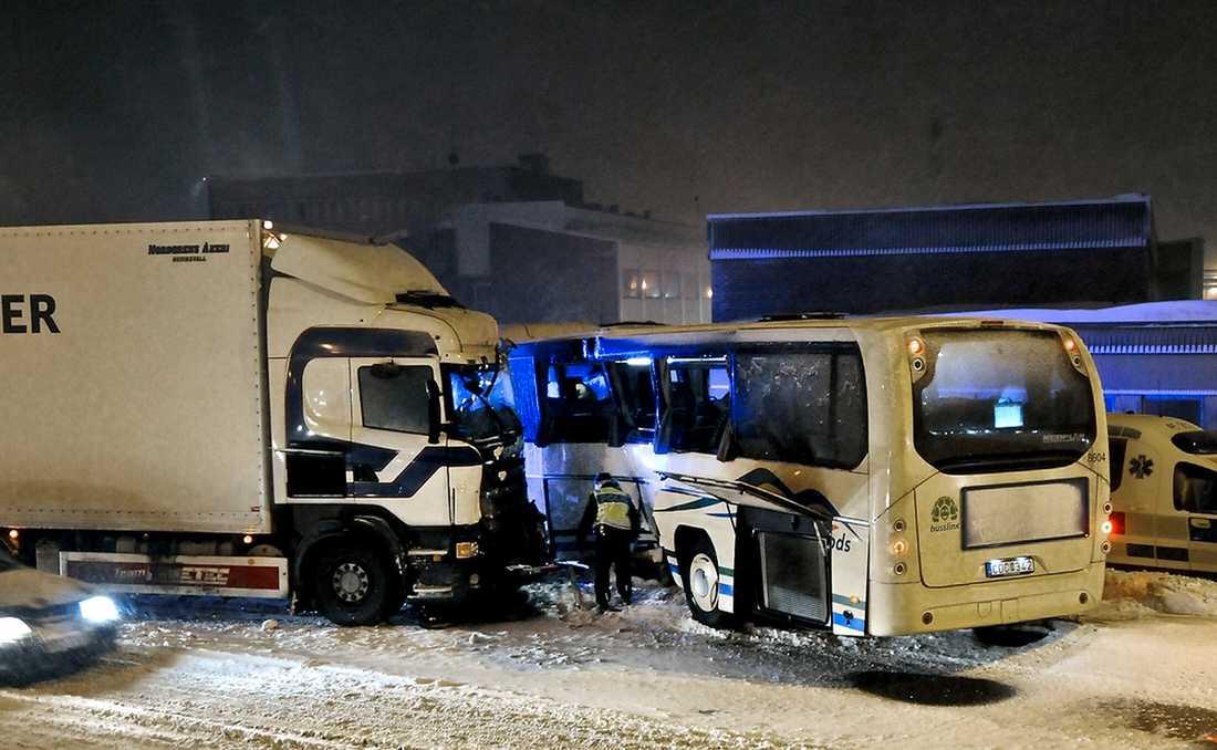 Sundsvall En stadsbuss krockade med en lastbil i korsningen Fridhemsgatan–E4 i Sundsvall. En kvinna fördes till sjukhus. Under bärgningsarbetet stoppades all trafik i ett par timmar. Foto: Emil LINDSTRÖM
