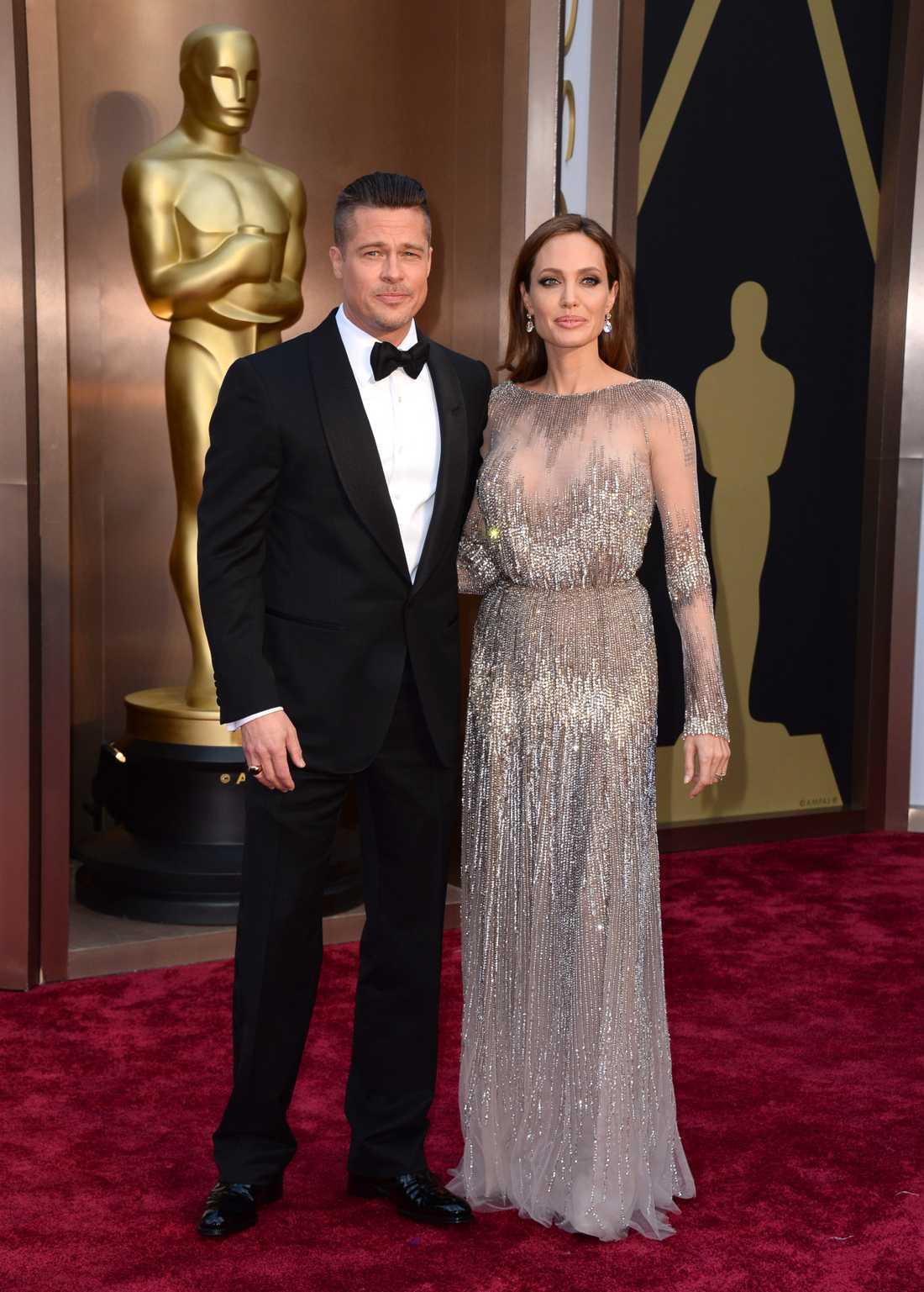 """++ Angelina Jolie och Brad Pitt: """"Även Jolie satsar på strass och metallic, den här från Elie Saab. Jag gillar modellen på klänningen men i vissa vinklar så verkar det som att hon är på väg mot ännu en kroppsdels-chock. Sist var det benet som fick ett eget twitter-konto, ska bysten bli detta årets snackis? Tyvärr inte så klädsamt."""""""