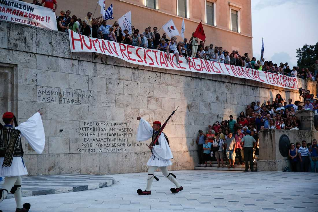 Protester mot åtstramningspolitiken i Aten på söndagen.