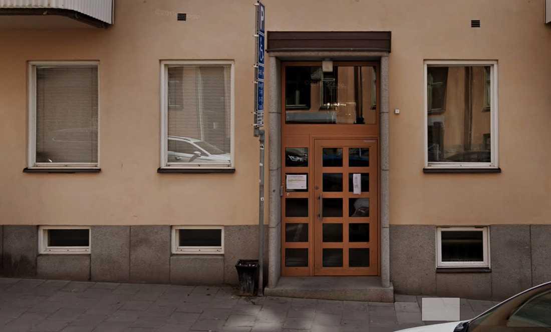 En känd tv-profil greps i natt misstänkt för sexköp på Östermalm i Stockholm