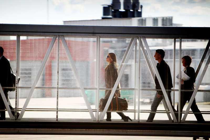 Flyr landet Madeleine bryter förlovningen med Jonas Bergström efter otrohetsrykten och flyr till New York.
