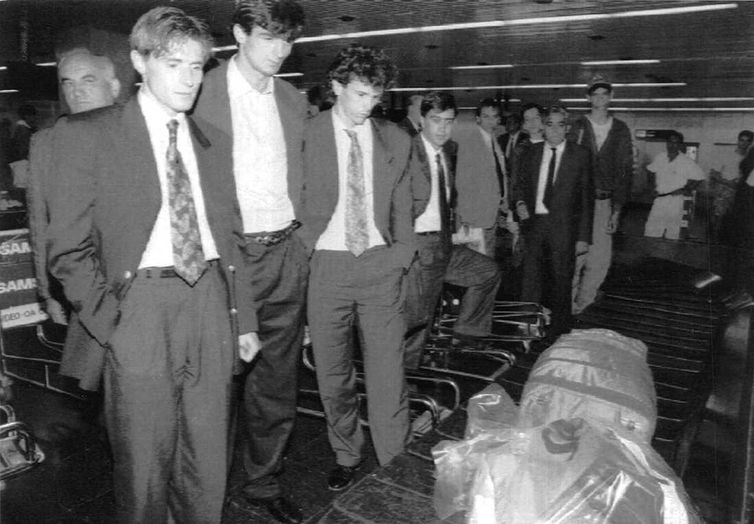 Besvikna spelare fotade på flygplatsen i Belgrad efter den tidigarelagda hemkomsten.