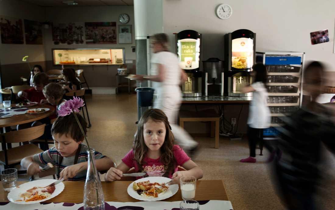 På många skolor räcker inte matsalarna längre till. Max 20 minuter får man på sig, för att alla ska hinna äta. Många elever och lärare har hört av sig och berättat om matstressen. I vissa skolor tvingas man äta i klassrum och korridorer.