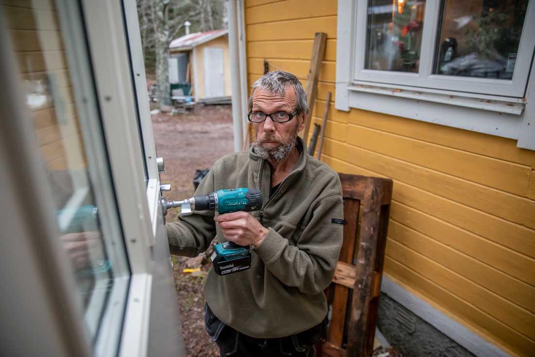 """""""Jag kan inte banka plåt 40 timmar i veckan, kroppen håller inte för det längre. Så det här jobbet passar jättebra, det är lite av varje"""", säger Anders."""