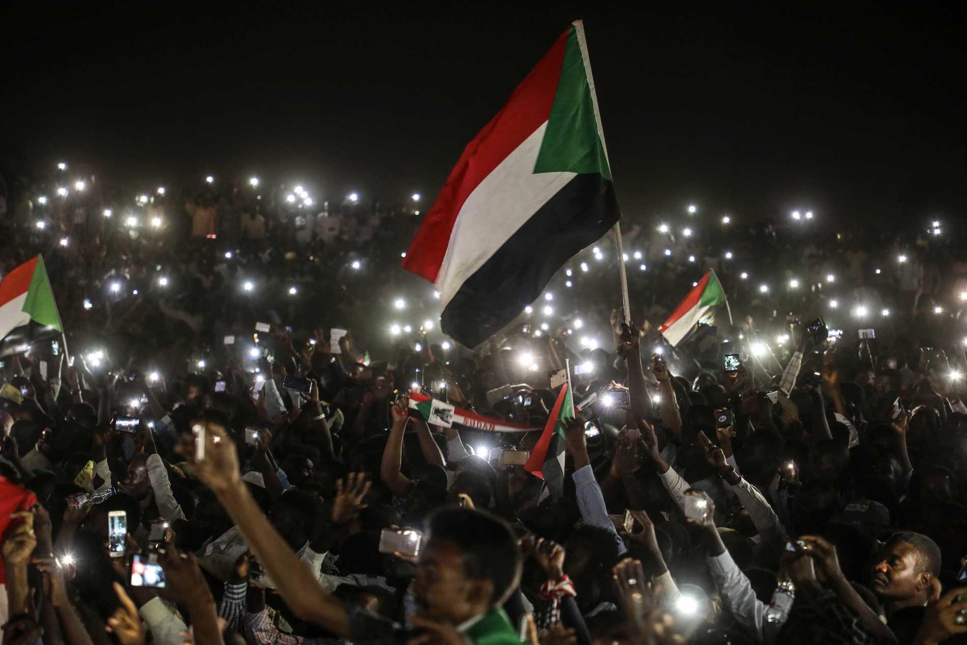 Demonstranter utanför militärhögkvarteret i huvudstaden Khartum. Arkivbild.
