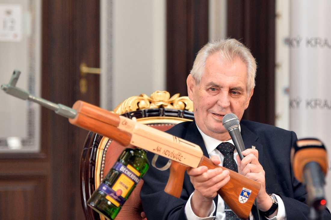 """Milos Zeman, Tjeckiens president. Geväret har texten """"För journalister"""""""