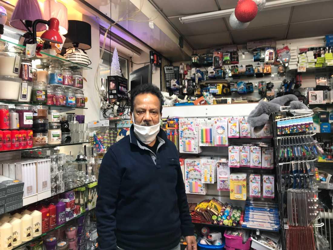 """""""Det är första gången på två månader vi har öppet"""", säger Rama Balamoody, som driver en diversebutik på turiststråket rue Lepic i Montmarte."""