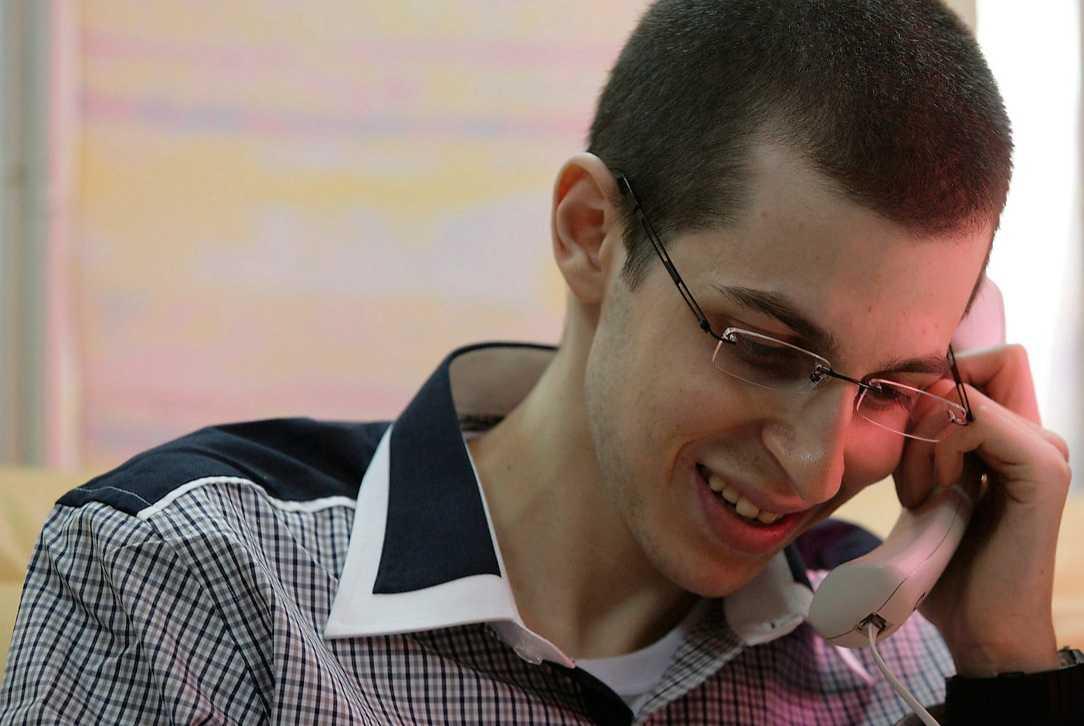 ÄNTLIGEN HEMMA I går släpptes den israeliske soldaten Gilad Shalit efter fem år i palestinskt fångenskap. I utbyte släpper Israel samtidigt 1027 palestinska fångar. Överenskommelsen är ett steg i rätt riktning för fortsatta fredsförhandlingar.