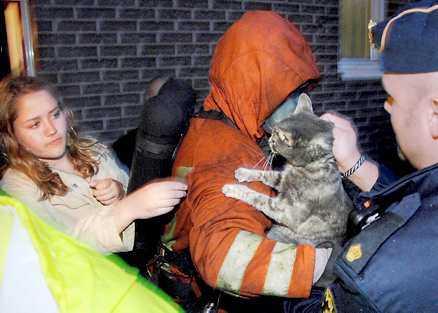 flydde Rökdykare hittade justin i den brinnande lägenheten. Här överlämnas han till Angelique Thulander.