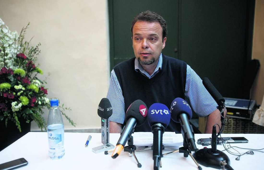 TIGER Sven Otto Littorin har haft all möjligheter att kommentera uppgifterna om sexköpet, men det har han inte gjort. På en presskonferens i Visby meddelar han att han omedelbart avgår som arbetsmarknadsminister –utan att svara på frågor. Sen åker han med regeringsplanet till Stockholm.