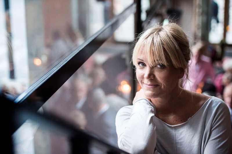 Hon får stöd av Kattis Ahlström, generalsekreterare på Bris...