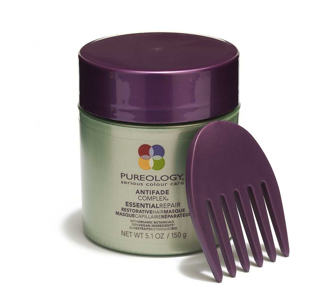 """""""Restorative hair masque"""" Ren och skär hårlyx i allt från förpackningen till listan av välgörande ingredienser, till exempel olivolja och sheasmör. Fast och lite svårhanterlig, den bifogade kammen behövs för ett jämnt resultat. Doften är söt med inslag av kola och vanilj. Resultatet: fantastiskt. 405 kr, Pureology."""
