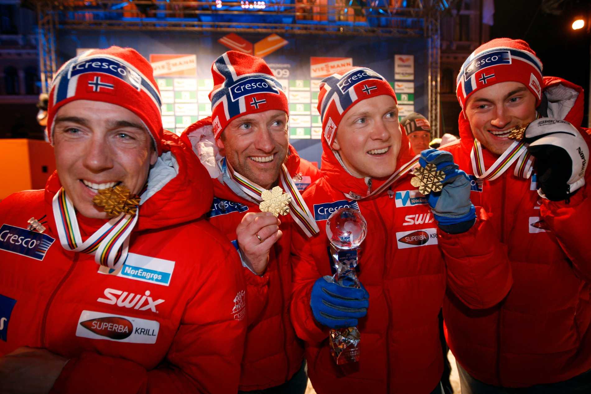 Eldar Rönning, Odd-Björn Hjelmeset, Tore Ruud Hofstad och Petter Northug efter VM-guldet 2009.