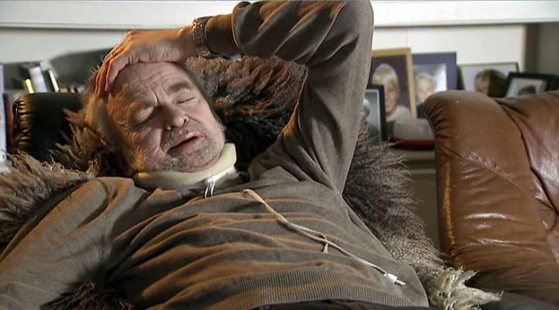 Per Sköld lider av en sjukdom som gör att hans halsmuskler tvingar ner huvudet mot överkroppen och gör att han inte kan hålla sig upprätt. Men han uppmanas ändå söka jobb - som tillåter att man ligger ned.