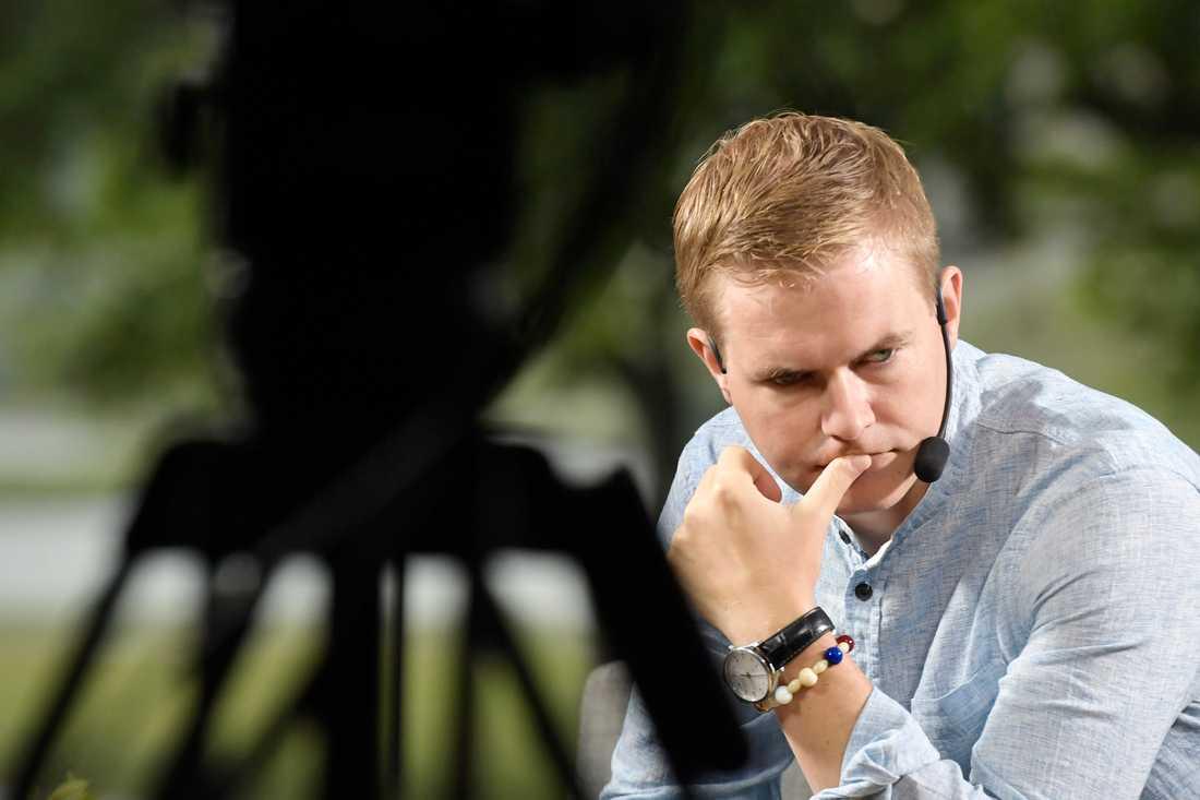 Miljöpartiets språkrör Gustav Fridolin vaknade upp till krissiffror i Almedalen på lördagen.