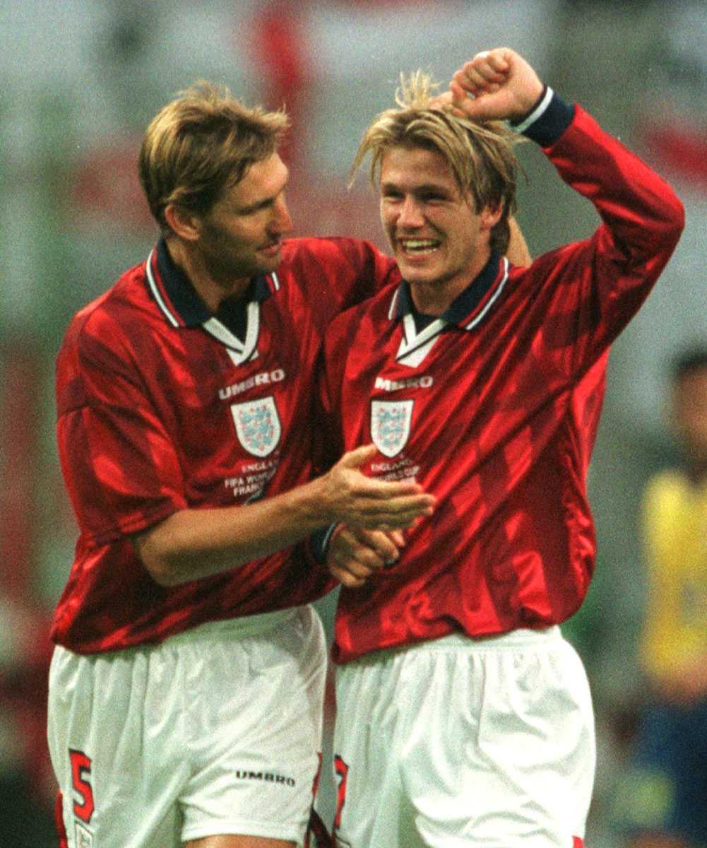Beckham har precis gjort 2-0 för England mot Colombia under VM 1998. Här omfamnas han av Tony Adams.