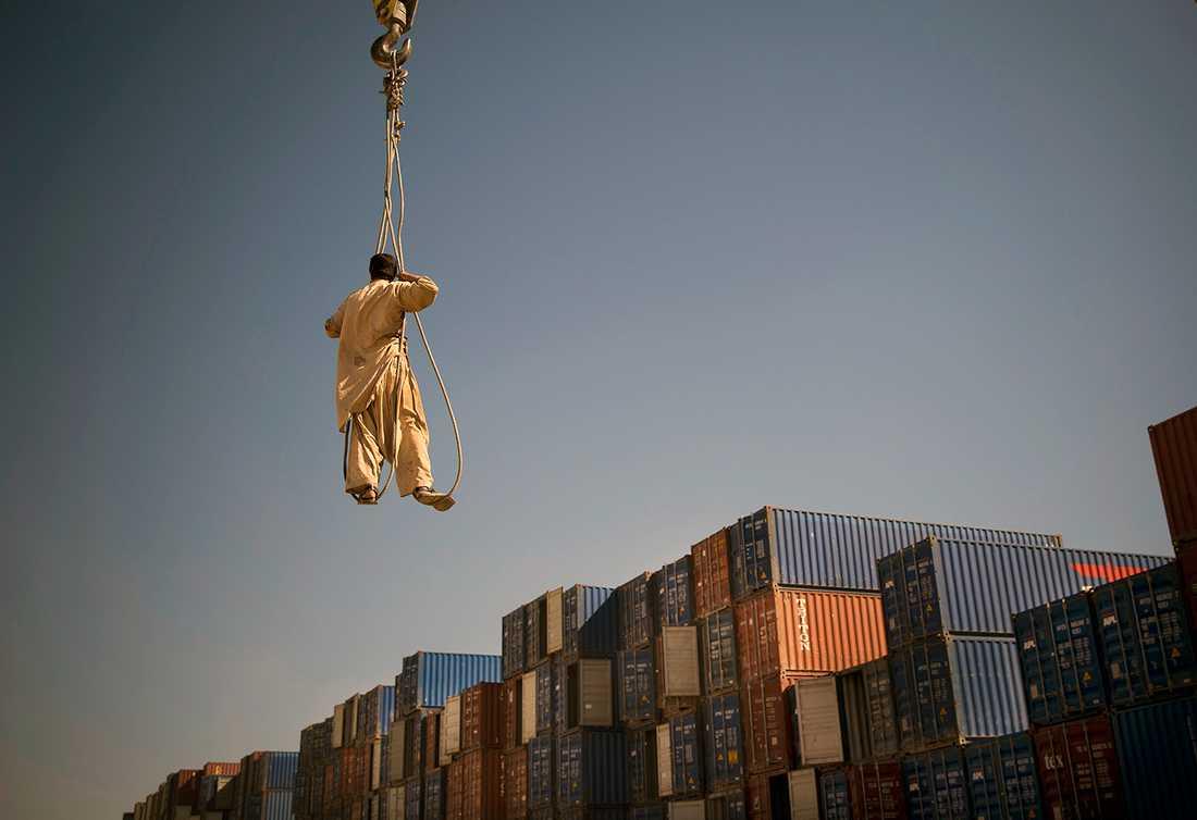FLYGANDE INSPEKTION En afghansk arbetare kollar de hundratals containrar vid ett upplag i Kandahar i södra Afghanistan. Containrarna innehåller skräp som USA och NATO trupper lämnar efter sig i landet.