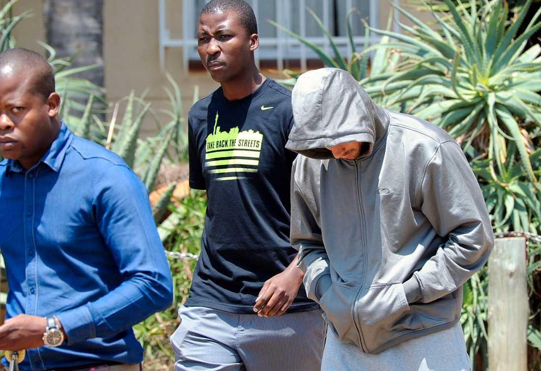 Här lämnar Pistorius polisstationen i Boschklop, öster om Pretoria, Sydafrika. Foto: AP