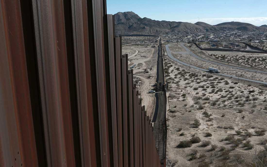 En del av gränsen mellan USA och Mexiko, fotad från delstaten New Mexico där en gränsbarriär redan finns.