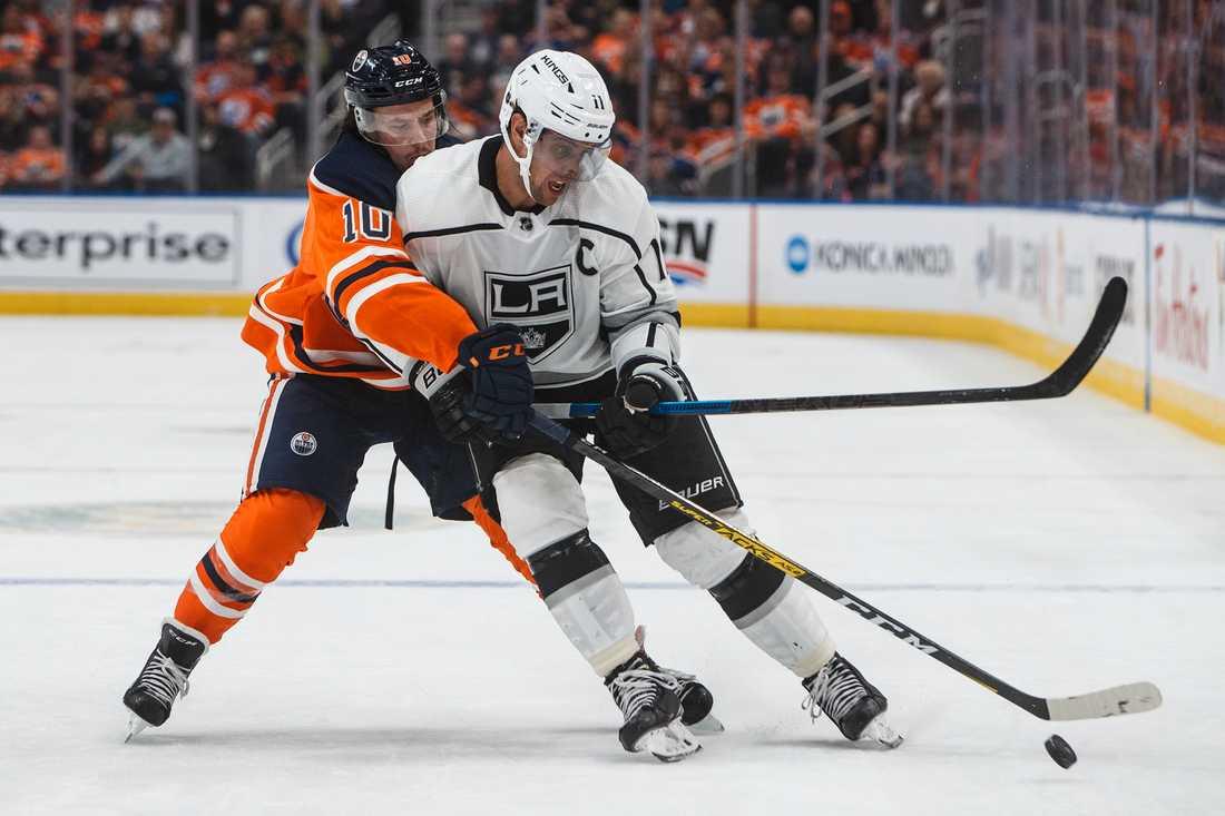 Joakim Nygård, i Edmontons vita tröja, har skrivit NHL-avtal i år. Nu ska hans moderklubb Skå få 100000 kronor. Arkivbild.