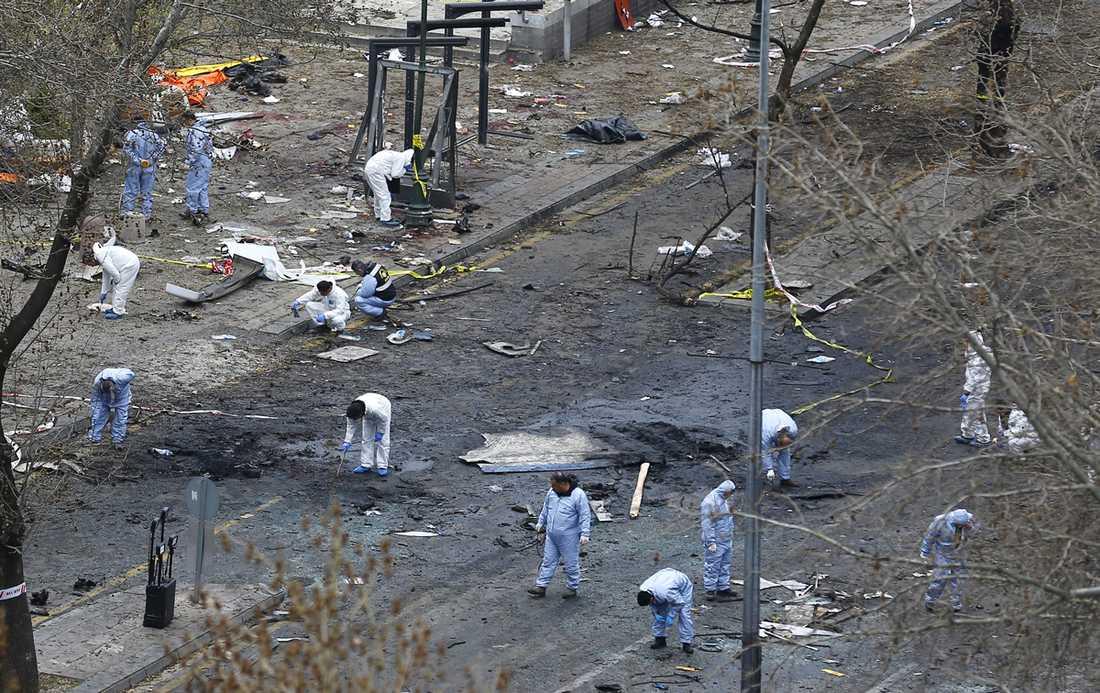Polisen och tekniker fortsatte på måndagen att undersöka attentatsplatsen.