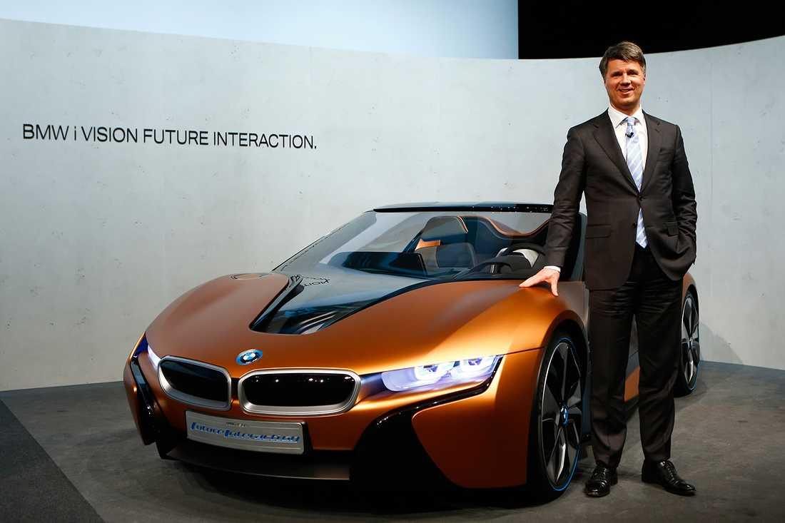 BMW-chefen Harald Krüger bredvid konceptet i8 Spyder.
