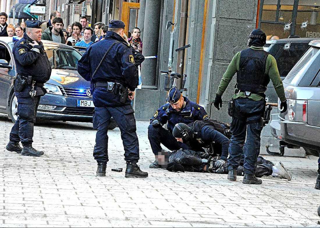 här grips rånaren En kvart efter att överfallsalarmet gick kunde polisen under stor dramatik kasta sig över rånarna och gripa dem utanför gymmet i centrala Stockholm.