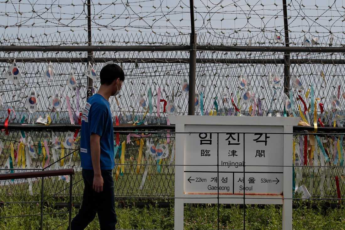 En man passerar en skylt i den nordkoreanska staden Kaesong på gränsen till Sydkorea. Arkivbild.