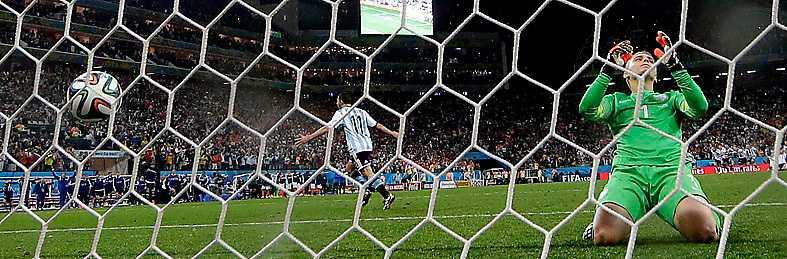 MÅL! Maxi Rodriguez Cillessen nära att rädda, men orkar inte hålla emot. Argentina till final!