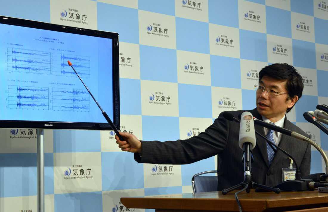 Chefen för Japans meterologiska instistut Akira Nagai visar den seismologiska aktiviteten under tiden för kärnvapenprovet.