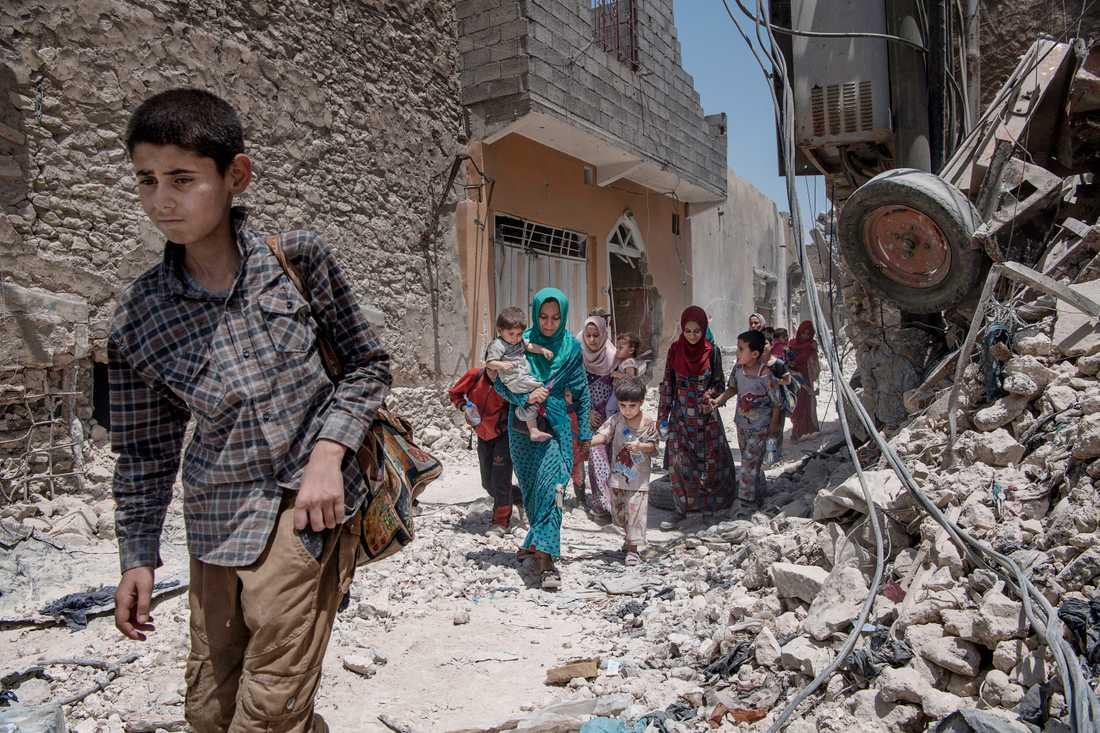 Flera familjer kommer ut ur de trånga gränderna som utgör Mosuls gamla stad. De är utmattade, men fria. I tre års tid har Islamiska staten styrt området.