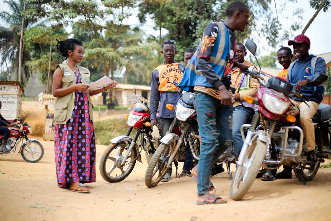 En frivillig hälsovårdsarbetare informerar personer i Kongo-Kinshasa om hur de ska undvika att smittas av ebola. Arkivbild.