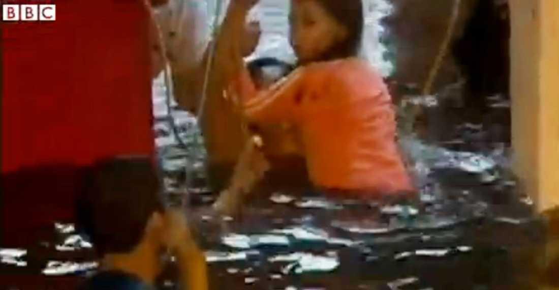 De flesta av offren tros ha drunknat. Här kämpar människor för sina liv.