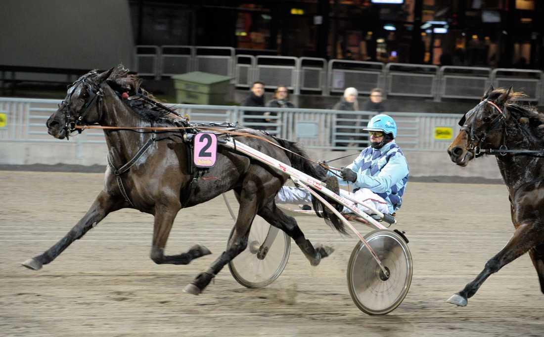Här tar Hanné sin sista seger med Sanna Vint på Solvalla. Det blev sista framträdandet som kusk för travlegendaren.
