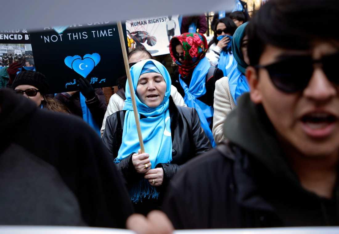 Människor som tillhör uigur-minoriteten i Kina var vid Kinas FN-representation i New York i våras för att protestera mot förtryck och att man riskerar att godtyckligt föras till indoktrineringsläger. Arkivbild.