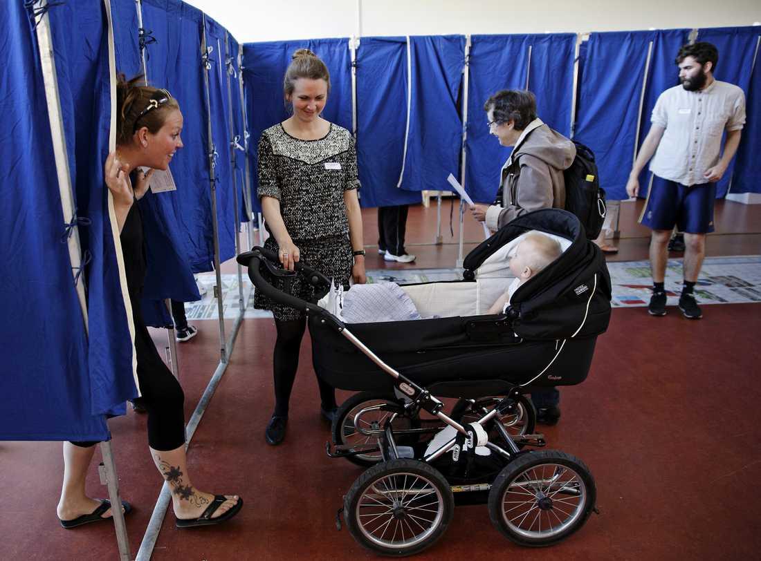 Tittut! Vallokal i Danmark, ett av de 21 länder i EU som röstar i dag.