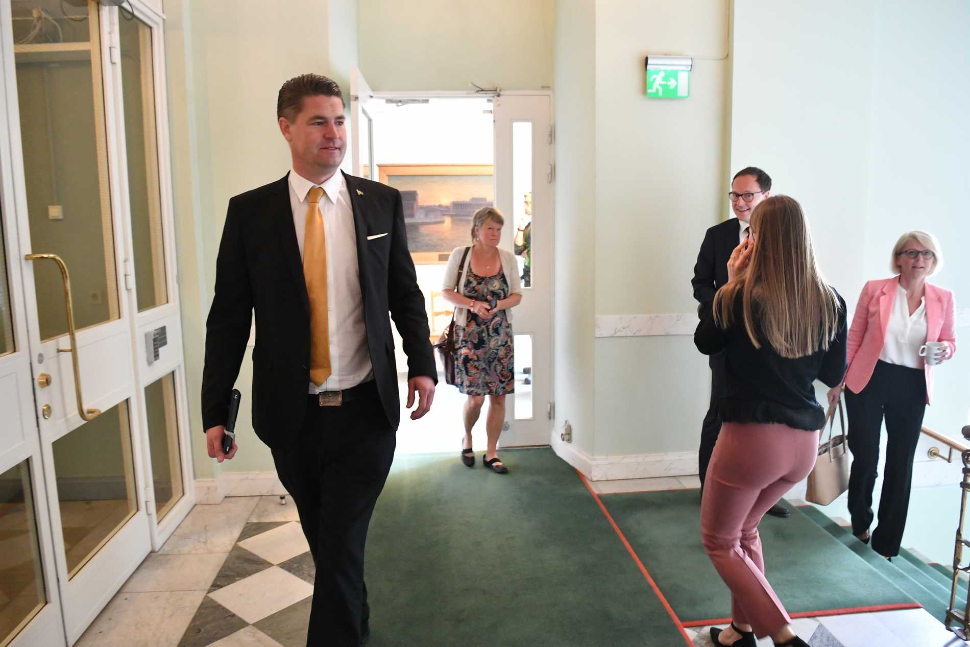 Oscar Sjöstedt anländer till Sverigedemokraternas presskonferens för att kommentera regeringens ekonomiska politik.