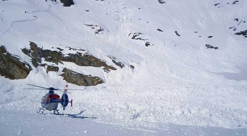 En räddningshelikopter vid lavinen på det österrikiska berget Shalfkogel där sex personer omkom.