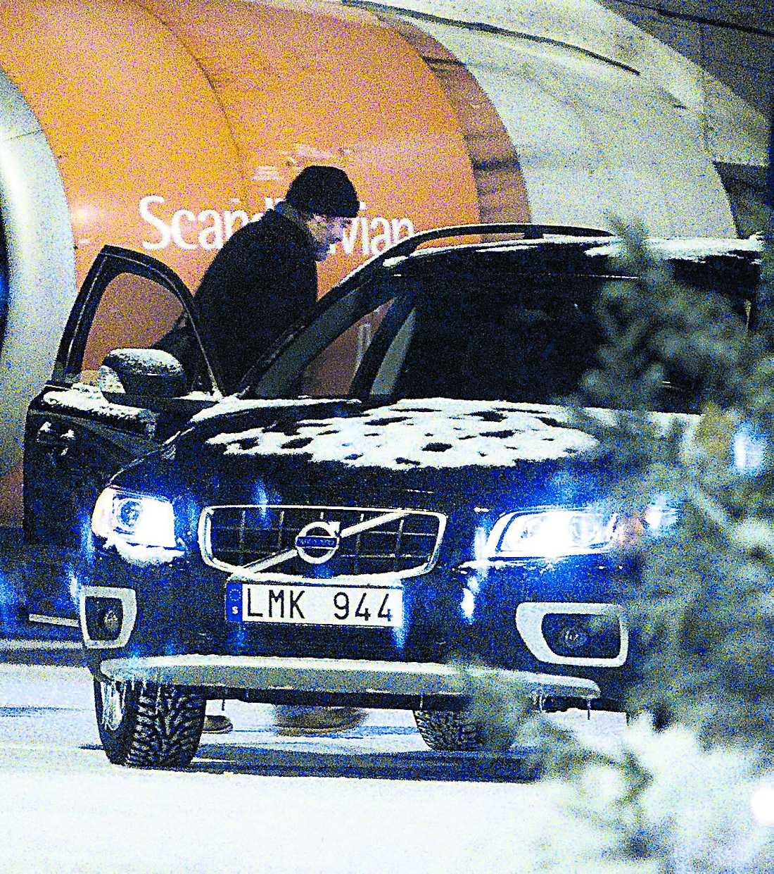 En Volvo V70 väntade på Clooney vid flygplanet. Färden gick till Clarion Hotel Grand.