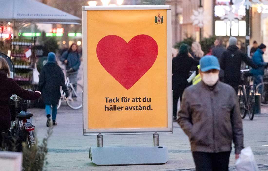 En skylt med texten - Tack för att du håller avstånd - på gågatan Södra Förstadsgatan i Malmö. Arkivbild.