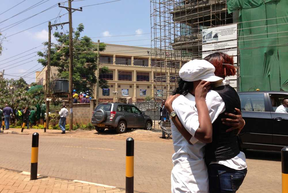 Två kvinnor omfamnar varandra utanför gallerian Westgate.