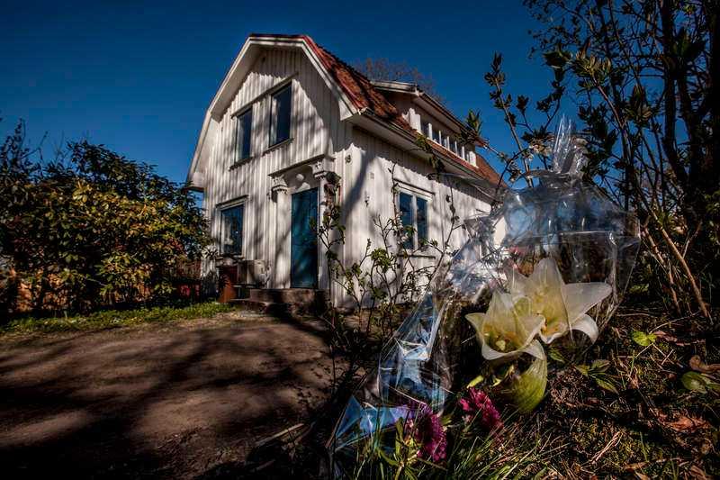 Blommor utanför Olle Ljungströms hus i Gräfsnäs, efter beskedet om hans bortgång.