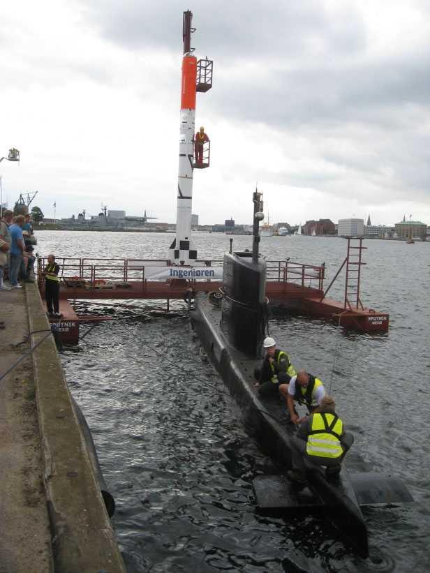 Raketen fraktas till Bornholm från Köpenhamns hamn. Bygget har kostat en halv miljon kronor.