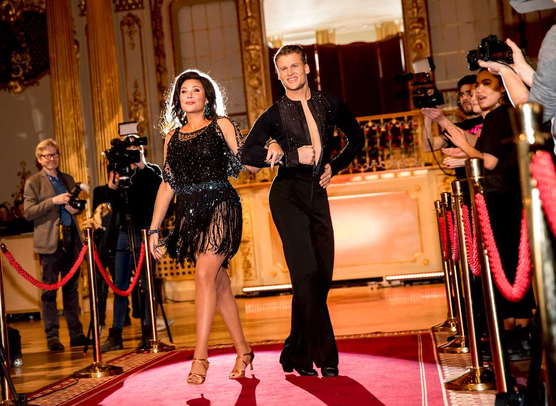 "Dominika Peczynski dansar med Martin Drakenberg i ""Let's dance"" 2017."