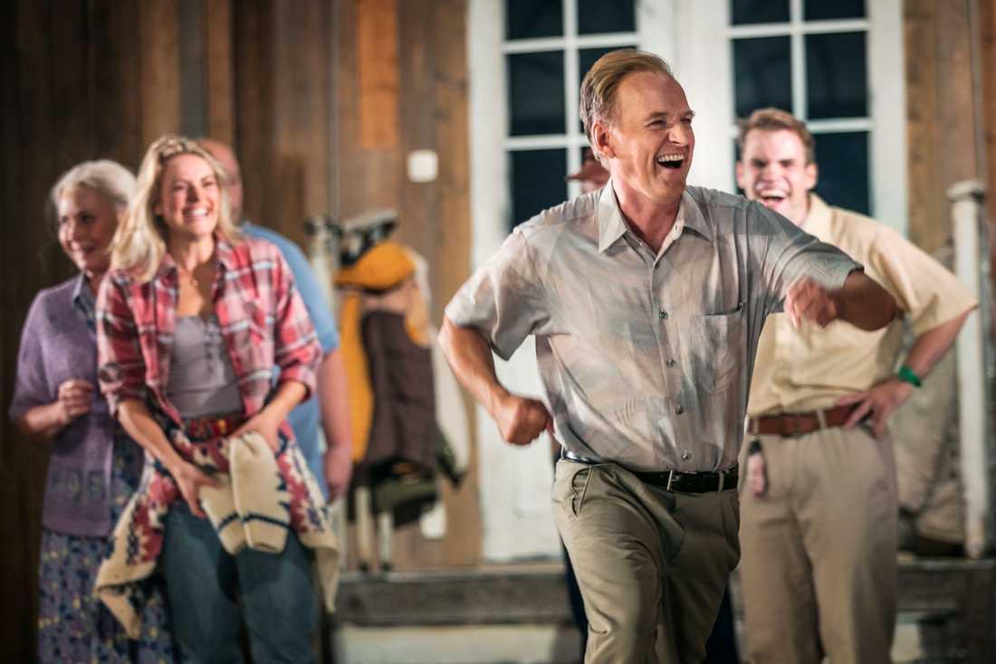 Handlaren Arne (Björn Kjellman) dansar loss i kyrkokören.