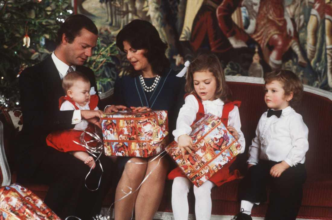 Första julklapparna Stort intresse för de första julklapparna, också julen 1982. På bilden ses hela kungafamiljen - kung Carl Gustaf med prinsessan Madeleine i famnen, drottning Silvia, kronprinsessan Victoria och prins Carl Philip.
