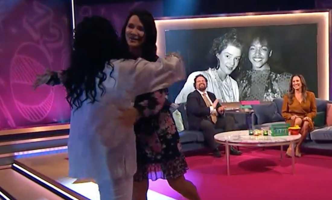 "Gigi Hamilton och Sofia Wistam i TV4:s ""Klassfesten""."